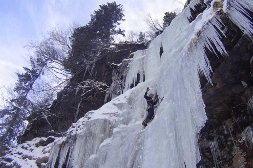 Alpine-Erlebnistage-Winter---Eisklettern