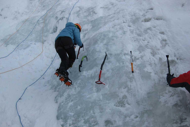 Alpine-Erlebnistage-Winter---Eisklettern-Tritttechnik