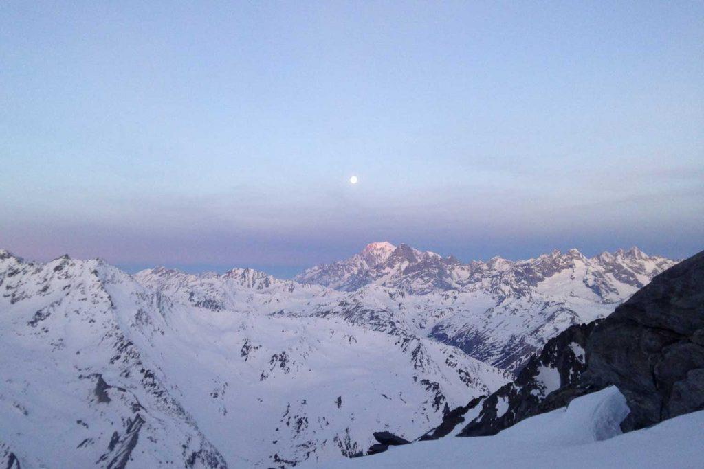 Haute-Route-Chamonix-Zermatt---Mont-Blanc-mit-Vollmond-bei-Sonnenaufgang