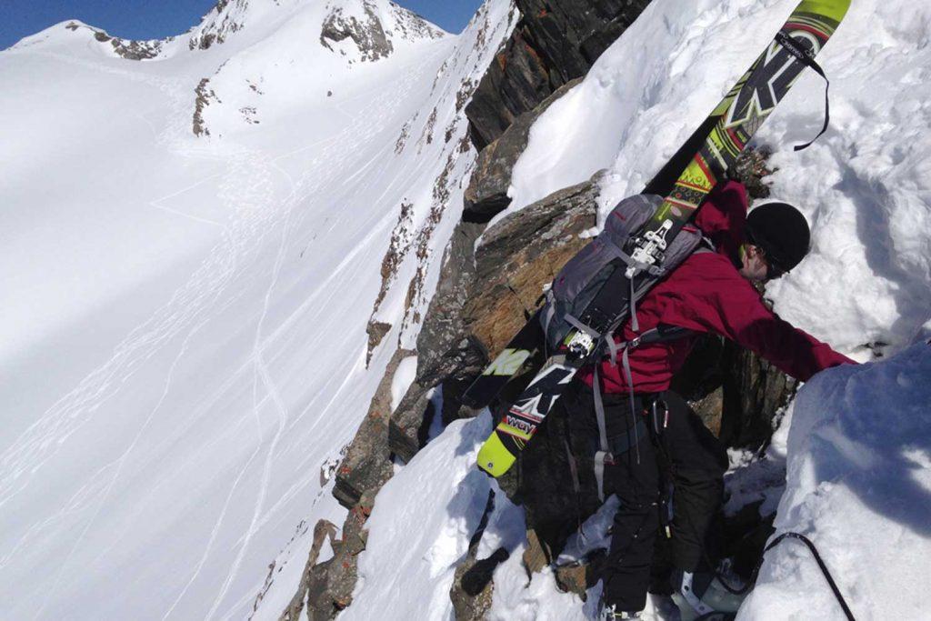 Skihochtourenkurs---Abseilen-mit-fixierten-Ski-am-Rucksack