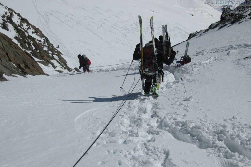 Skihochtourenkurs---Abstieg-am-Fixseil
