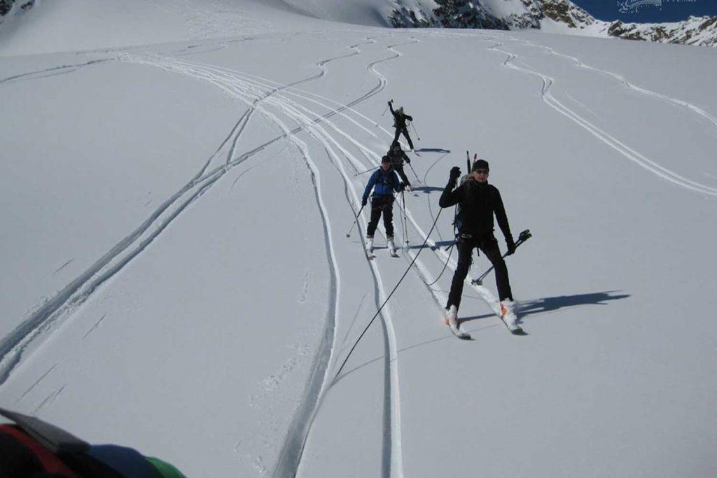 Skihochtourenkurs---Skiabfahrt-am-Gletscher-mit-Seil