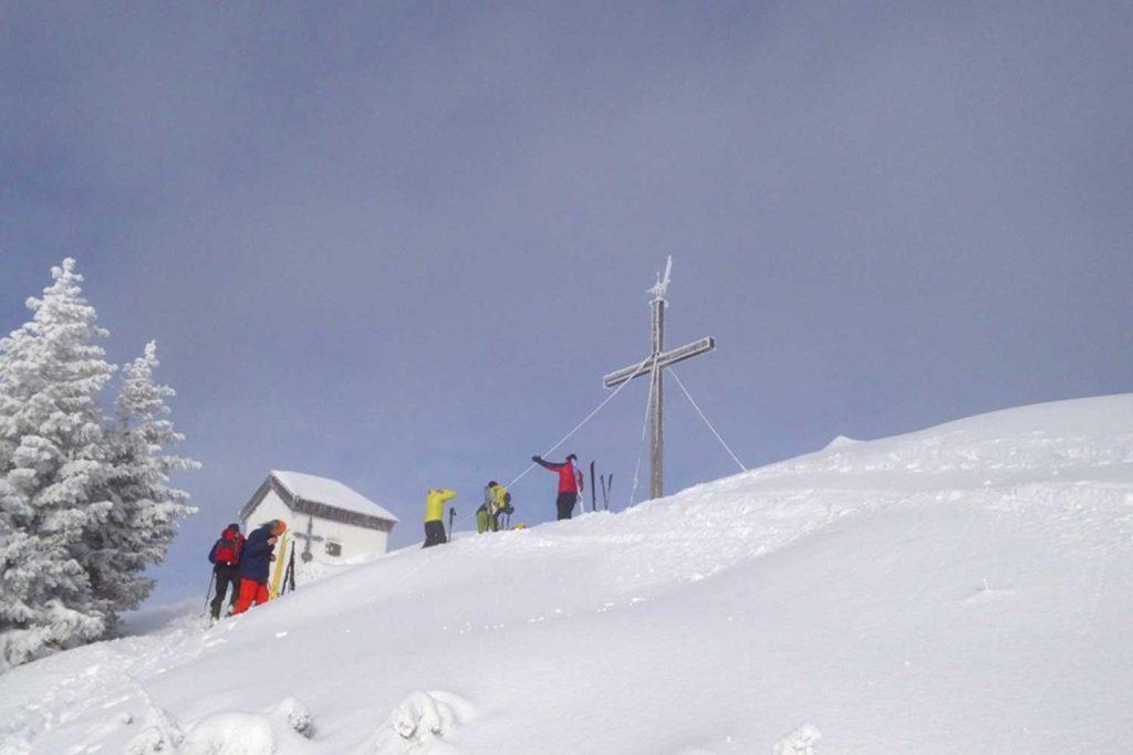 Skitour-für-Einsteiger-in-den-Chiemgauer---Spitzstein-Gipfel-mit-Kapelle