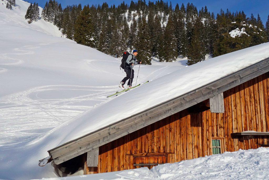 Skitourenkurs-für-Einsteiger---Aufstieg-bei-viel-Schnee