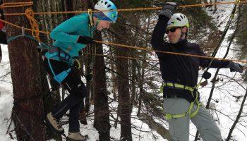 Teambuilding-Seminar---Überwinden-einer-Schlucht-mittels-Seilsteg
