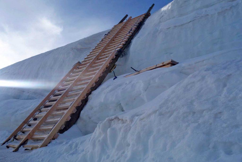 4000er-für-Einsteiger---Leiter-über-eine-Gletscherspalte