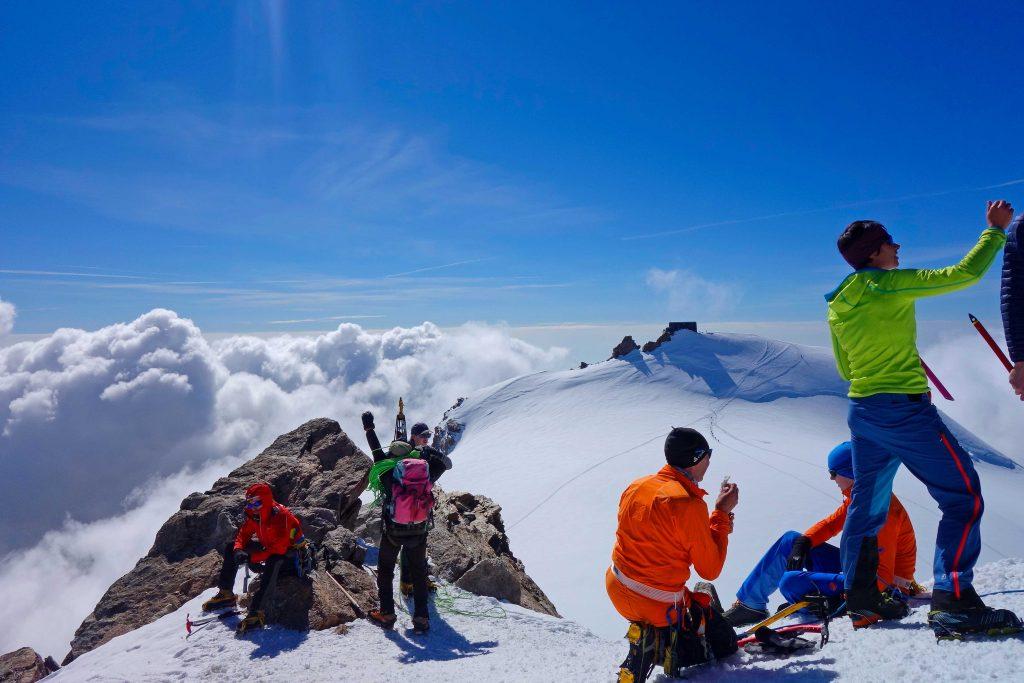 4000er-im-Wallis-Monte-Rosa---Zumsteinspitze-mit-Blick-zur-Signalkuppe-und-Margherita-Hütte