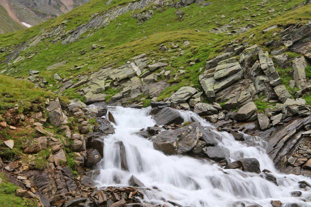 Auf-dem-Stubaier-Höhenweg-zum-Habicht---Wasserfall-am-Weg