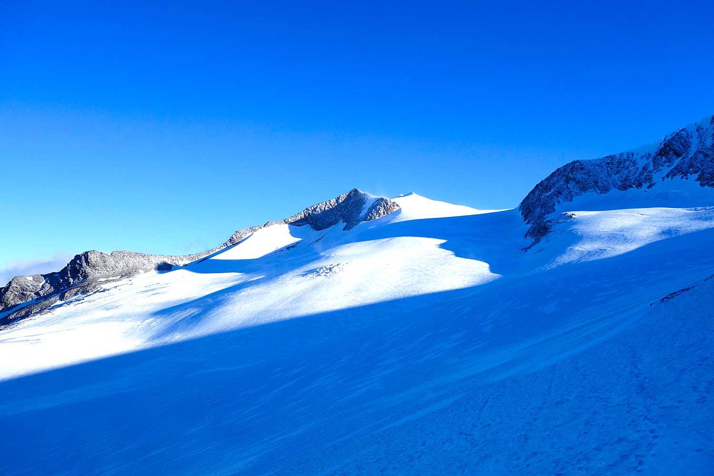 Großvenediger-mit-Bergführer---Blick-über-das-Mullwitzkees-Richtung-Großvenediger