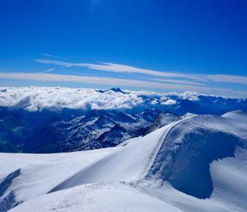Großvenediger-mit-Bergführer---Gipfel-mit-Blick-Richtung-Glocknergruppe
