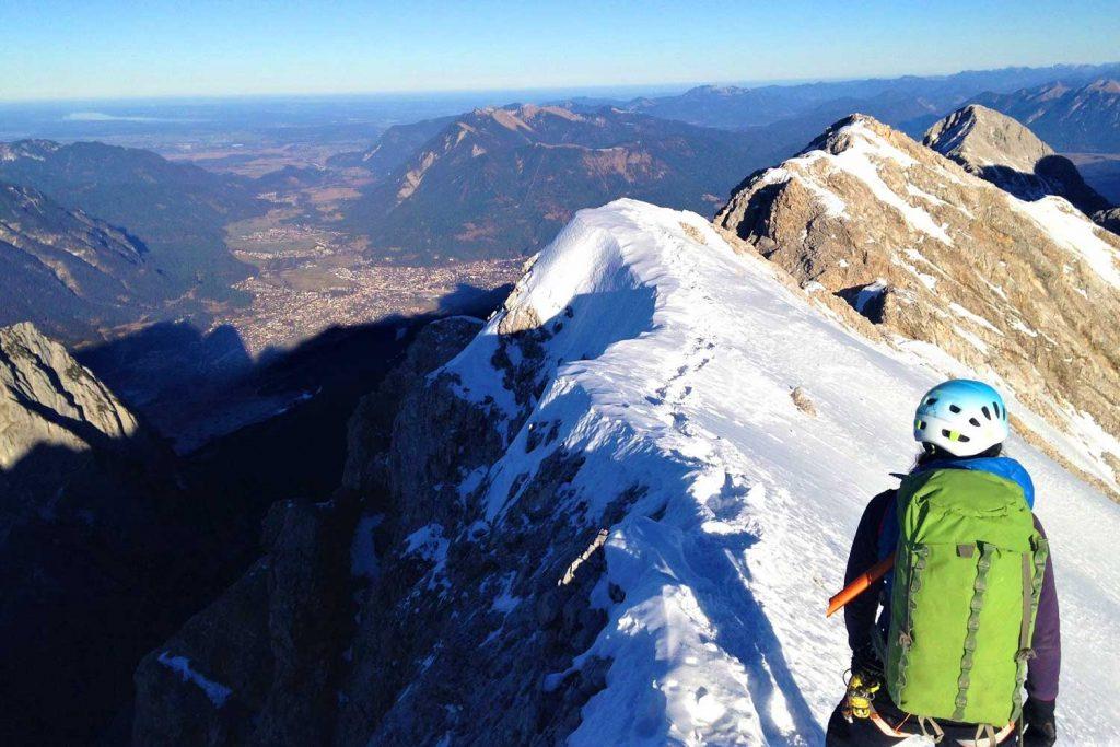 Jubiläumsgrat-im-Winter-Zugspitze-mit-Blick-Richtung-Alpspitze