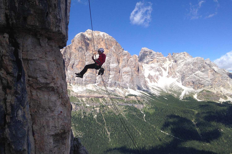 Klettern-in-den-Dolomiten---Abseilen-vor-den-Tofana-und-Fanesspitzen