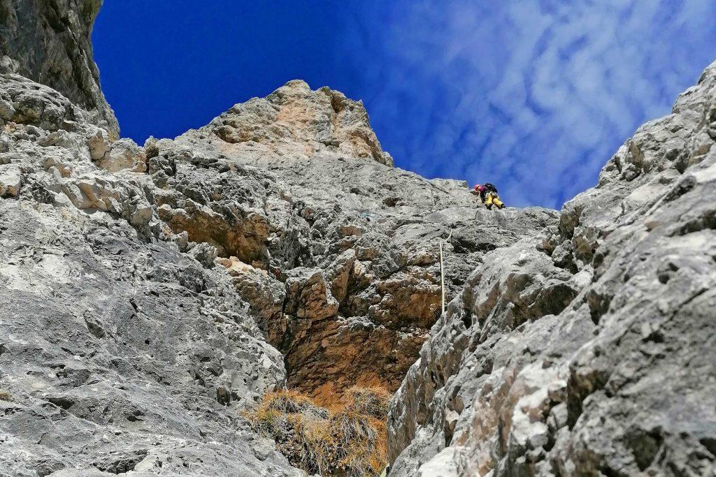 Klettern-in-den-Dolomiten---Bergführer-im-Vorstieg