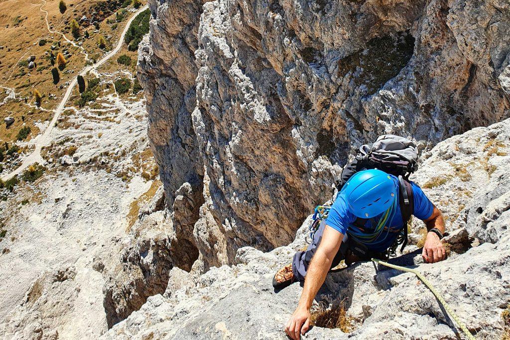 Klettern-in-den-Dolomiten---Kletterer-im-Nachstieg
