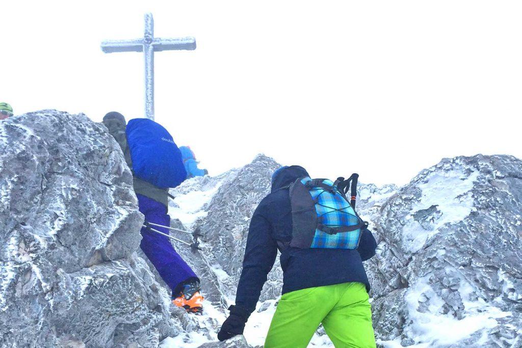 Lacherspitz-als-Winterwanderung---Die-letzten-felsigen-Meter-zum-Lacherspitz-Gipfel