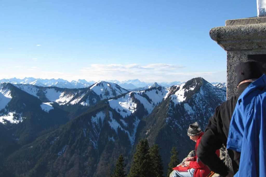 Schneeschuhtour-Rund-um-den-Spitzingsee---Blick-in-die-Bayerischen-Alpen