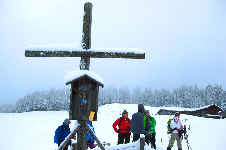 Schneeschuhtour-zum-Sonntagshorn---typisches-Marterl-in-den-Alpen