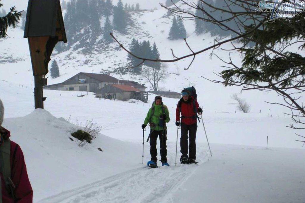 Sonnenauf--und-Sonnenuntergangstour---Schneeschuhwanderer-im-Trockenbachtal
