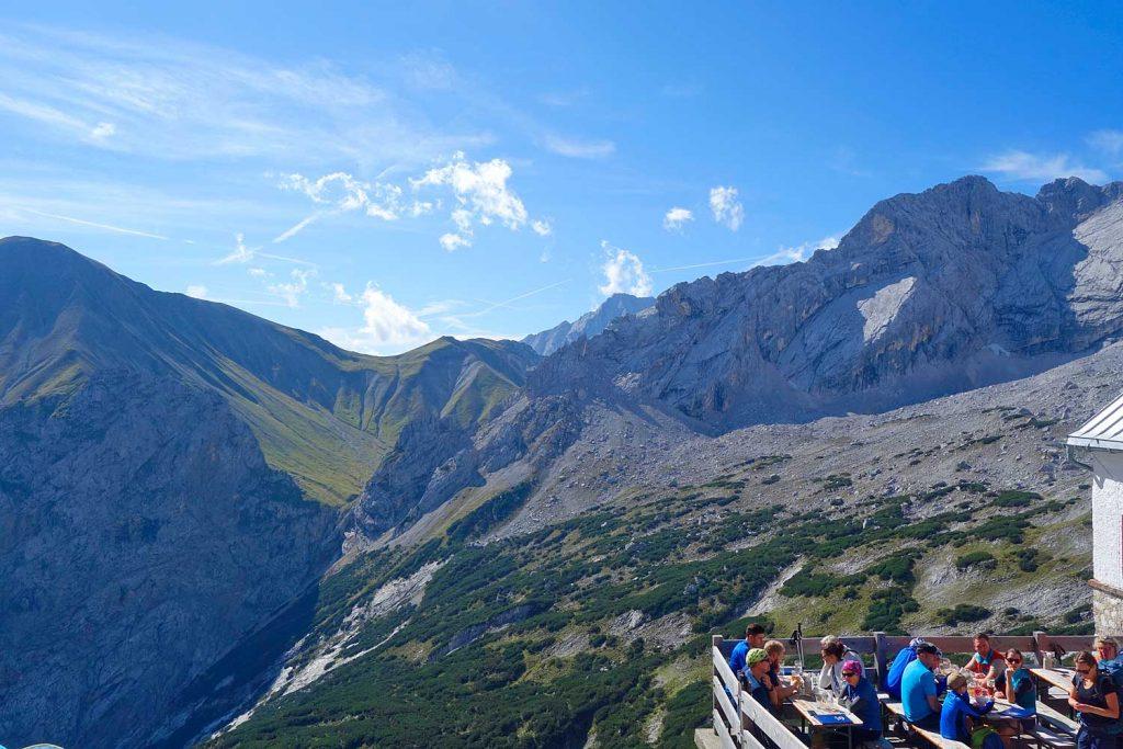 Wanderung-Ehrwalder-Alm-Gatterl-Zugspitze---Knorrhütte-mit-Blick-zum-Gatterl