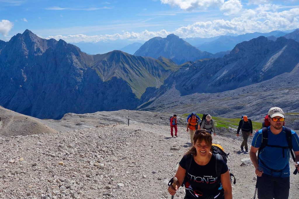 Wanderung-Ehrwalder-Alm-Gatterl-Zugspitze---Wanderer-am-Zugspitzplatt
