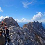 Wanderung-Ehrwalder-Alm-Gatterl-Zugspitze---Wanderer-an-der-Zugspitze-mit-Blick-ins-Allgäu