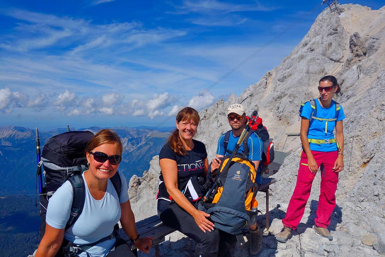Wanderung-Ehrwalder-Alm-Gatterl-Zugspitze---Wanderer-kurz-vorm-Zugspitzgipfel
