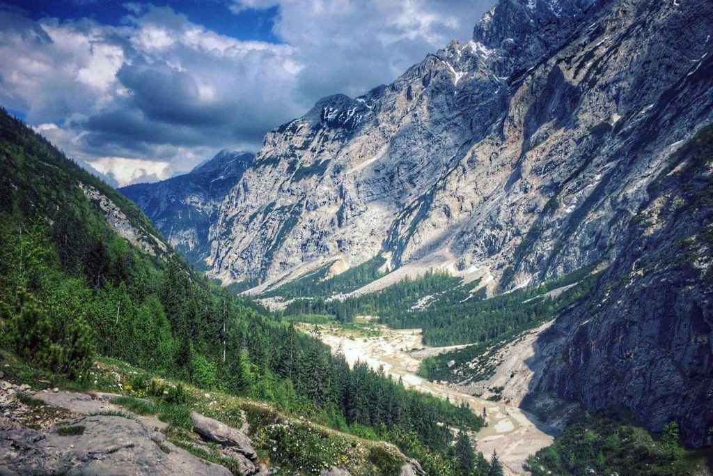 Wanderung-durchs-Reintal-auf-die-Zugspitze--Blick-ins-Reintal