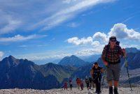 Wanderung-durchs-Reintal-auf-die-Zugspitze---Wanderer-am-Zugspitzplatt