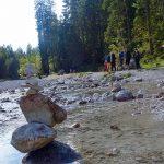 Wanderung-durchs-Reintal-auf-die-Zugspitze---Wanderer-an-der-Partnach-bei-der-Bockhütte