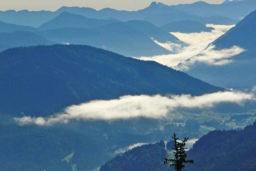 Wanderung-in-4-Tagen-durchs-Wetterstein--Talblick-nach-Garmisch-Oartenkirchen-vom-Kreuzeckhaus