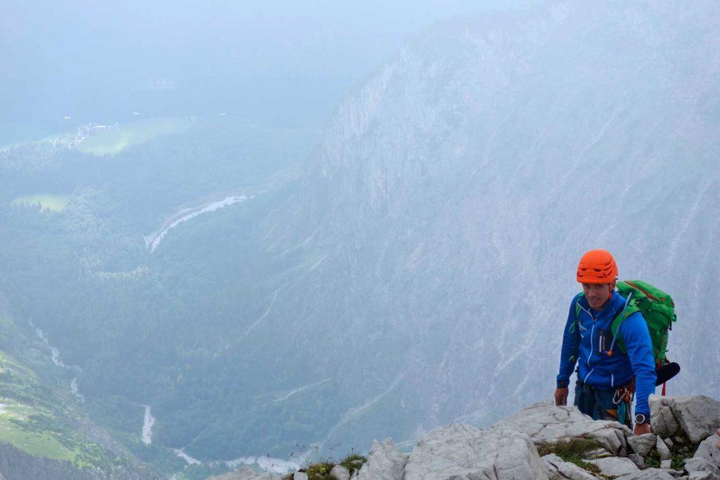 Watzmann-Ostwand---Bergführer-mit-Blick-zum-Königsee