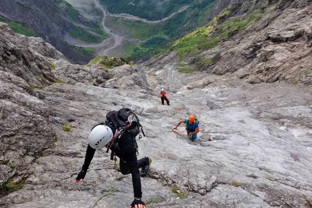 Watzmann-Ostwand---Kletterer-in-der-Wasserfallplatte