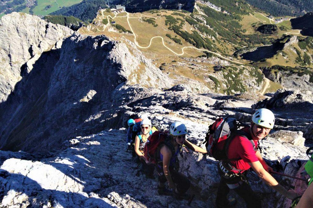 Alpspitz-Klettersteig---Nordwand-Ferrata---Blick-zum-Osterfelder-Kopf-mit-Alpspitzbahn