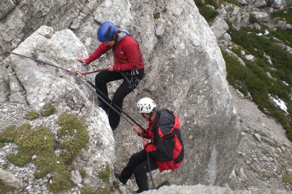 Bergrettung-Abseilen-mit-Verletztem