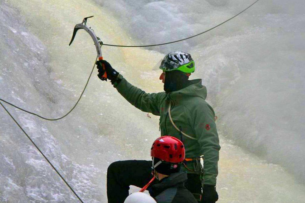 Eiskletterkurs-für-Einsteiger---Schlagtechnik