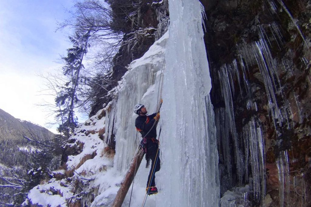 Eiskletterkurs-für-Fortgeschrittene---Wasserfallsäule-mit-Eiskletterer