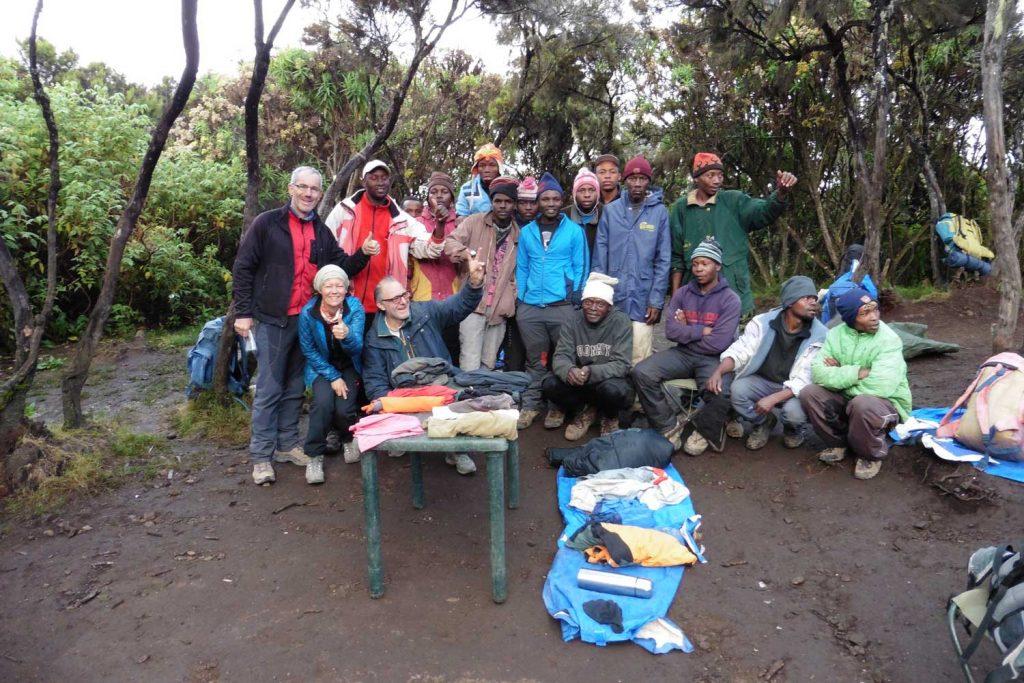 Kilimanjaro------Mweka-Hut-Camp-3080-m---Materialverlosung-und-Trinkgeldübergabe