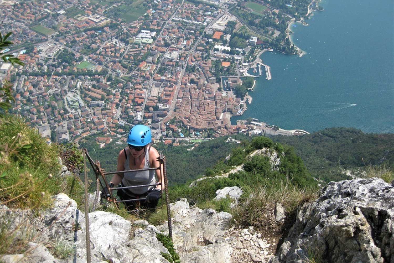 Klettersteige-am-Gardasee---Via-dell´Amicizia-mit-Blick-auf-Riva-del-Garda