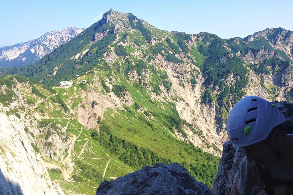 Klettersteige-im-Kaisergebirge---Zahm-und-Wild---Blick-zum-Stripsenjochhaus-und-Feldberg