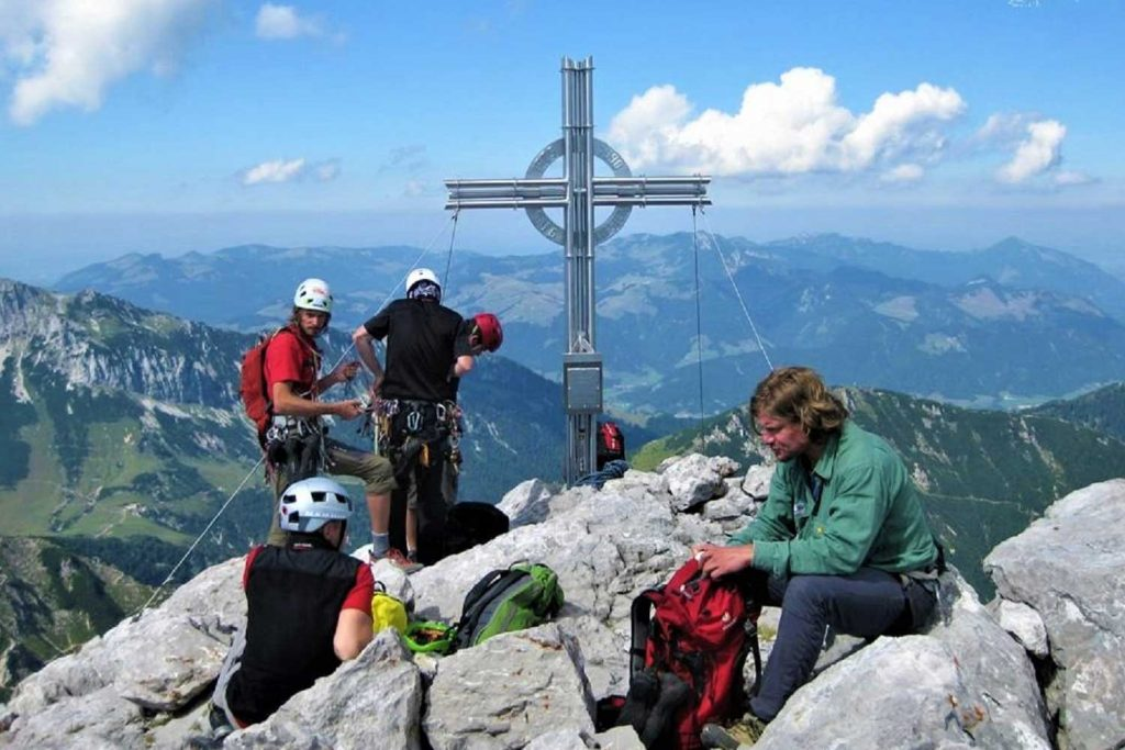 Klettersteige-im-Kaisergebirge---Zahm-und-Wild---Fleischbank-Gipfel-mit-Blick-zum-zahmen-Kaiser