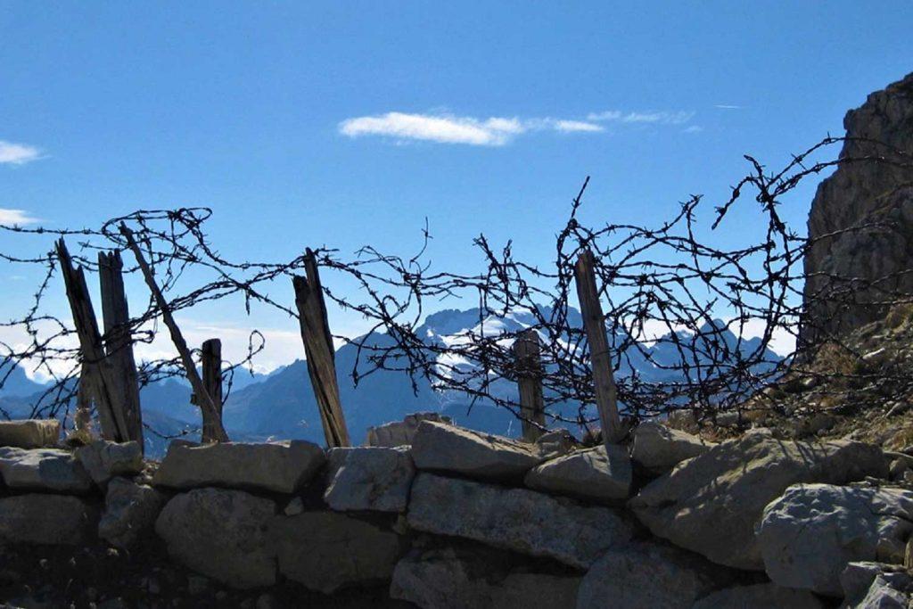 Klettersteige-in-den-Dolomiten-Dolomiti-Speciale-Kleiner-Lagazuoi-Vorkuppe-mit-Blick-zur-Marmolada