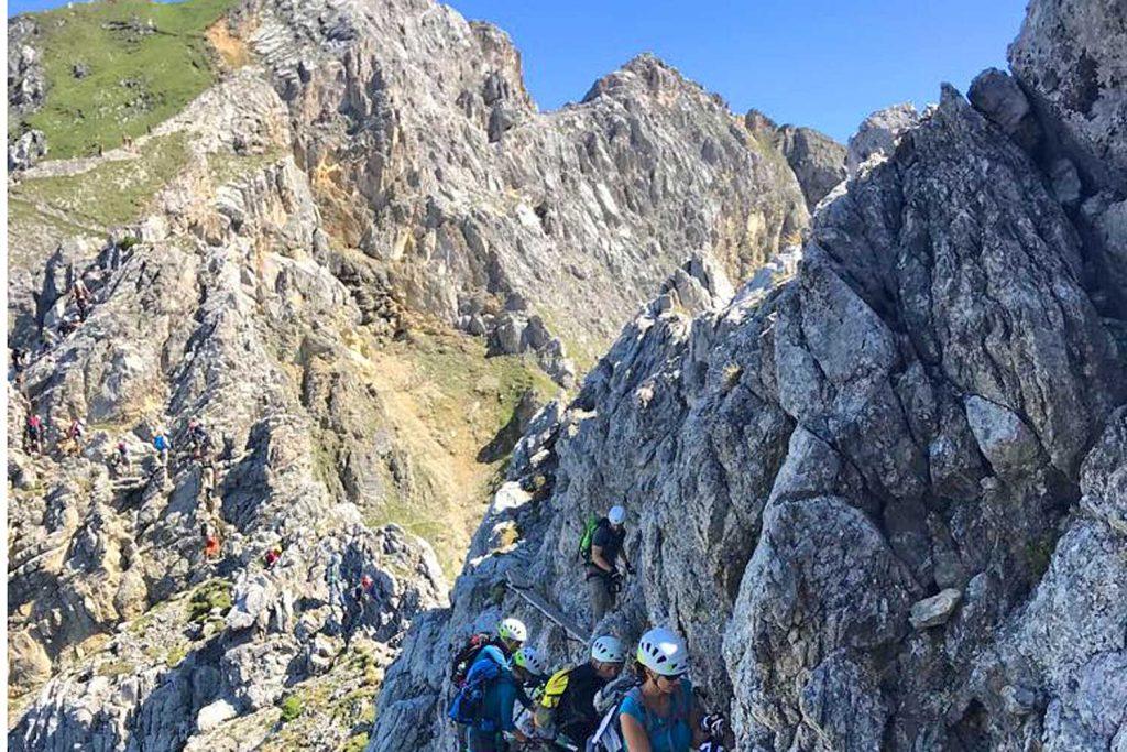 Mittenwalder-Klettersteig---Kletterer-am-Steig