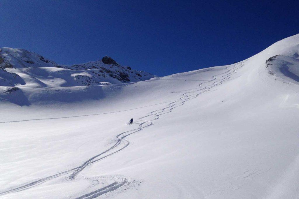 Skitourenkurs-Heidelberger-Hütte---Abfahrt-bei-Neuschnee
