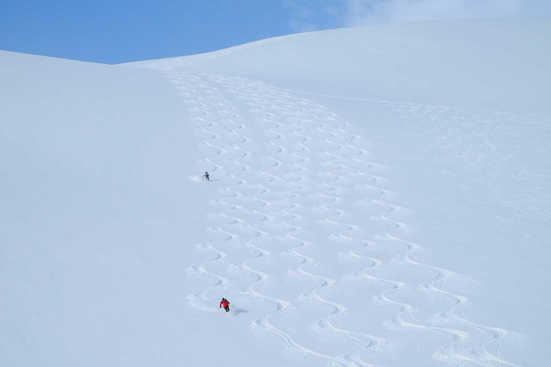 Skitouren-Norwegen-Lyngenalps---Tiefschneeabfahrt