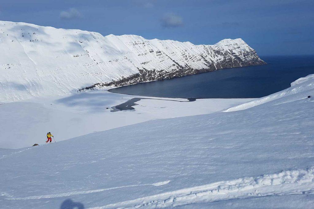 Skitouren-in-Island---Blick-zum-Meer