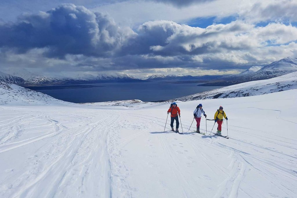 Skitouren-in-Island----Skitourengeher-im-Aufstieg