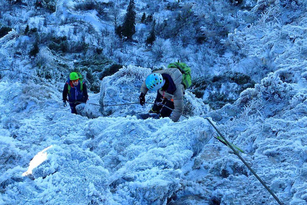 Winterbergsteigen---Klettern-an-der-Kampenwand-Westgipfel