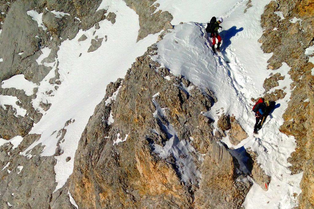Winterbergsteigen---Klettern-mit-Steigeisen