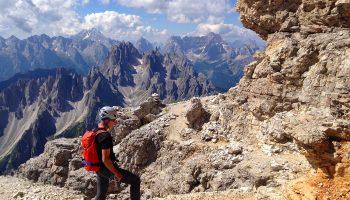 Große-Zinne-Normalweg-mit-Bergführer---Gehgelände-in-der-Wand