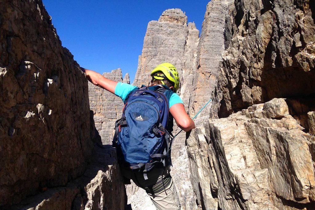 Große-Zinne-Normalweg-mit-Bergführer---In-einem-der-Kamine